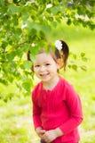 玩捉迷藏的孩子户外在公园 库存照片