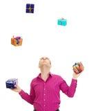玩杂耍与一些五颜六色的礼品 免版税库存照片