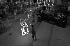 玩杂耍与在Vama Veche街道上的火,罗马尼亚 图库摄影