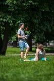 玩杂耍在公园的年轻人 免版税库存照片