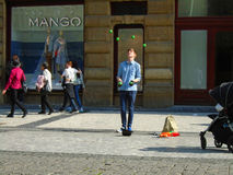 玩杂耍在街道的年轻人 布拉格, 库存图片