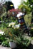 玩杂耍的小丑在庭院里 免版税图库摄影