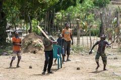 年轻玩板球者在斯里兰卡 免版税库存图片