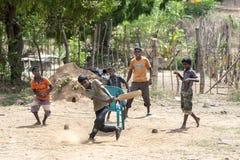 年轻玩板球者在斯里兰卡 库存照片