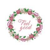 玫瑰、叶子、红色莓果和棕色枝杈花圈  免版税库存图片