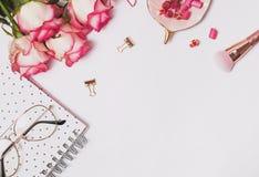 玫瑰、小糖果和其他和女性辅助部件在桌上 库存照片