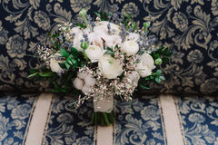 玫瑰、毛茛、淡紫色和棉花,特写镜头嫩婚礼花束  库存图片