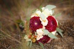 玫瑰、牡丹、大丽花、翠菊和drie伟大的新娘花束  免版税库存图片