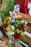 玫瑰、翠雀和菊花拉长的花束  图库摄影