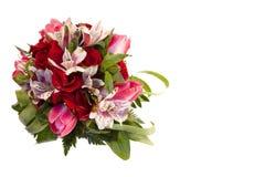 玫瑰、郁金香和德国锥脚形酒杯新娘花束在白色背景 图库摄影