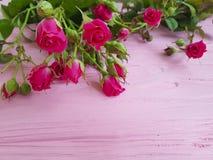 玫瑰一个桃红色美好的问候言情生日木葡萄酒背景假日 免版税库存图片