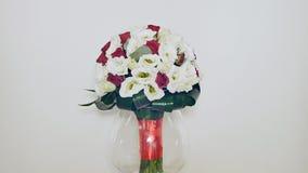 玫瑰丛、南北美洲香草和绿色婚礼花束  在自转的花束 影视素材