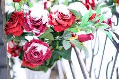 玫瑰人造花花束在坟墓的在冬天 公墓装饰 选择聚焦 免版税库存图片