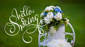 玫瑰八仙花属花束在装饰金属立场和文本你好春天的 书法字法 库存照片