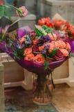 玫瑰华美的花束  瓣和紫色flovers在花瓶 免版税库存图片