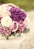 玫瑰和丁香花的布置 库存图片