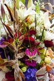 玫瑰和兰花五颜六色的花束  免版税库存照片
