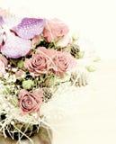 玫瑰和兰花的植物布置 免版税库存照片