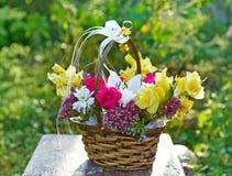 玫瑰和剑兰花束 免版税库存照片