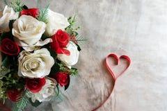 玫瑰和在船上心脏,情人节背景,婚姻 免版税库存照片