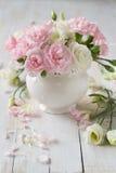 玫瑰和康乃馨在花瓶 免版税库存照片