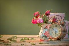 玫瑰和时钟出于爱 库存照片