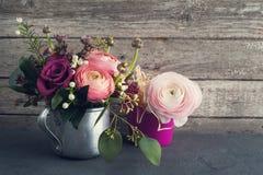 玫瑰和毛茛属的花的布置 免版税库存图片