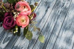 玫瑰和毛茛属的花的布置 库存图片