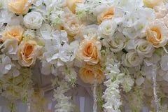 从玫瑰和百合的装饰品婚礼聚会的 图库摄影