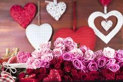 玫瑰和礼物概念 免版税库存照片