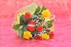 玫瑰和礼物花束  免版税库存图片
