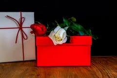 玫瑰和箱子 免版税库存照片