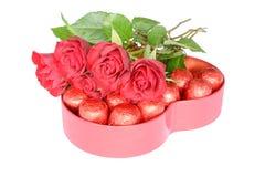 玫瑰和糖果对假日 免版税库存图片