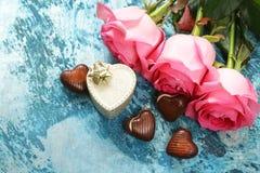 玫瑰和糖果心脏花为华伦泰假日 免版税库存照片