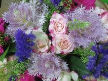 玫瑰和装饰美丽的植物花束的顶视图  库存照片