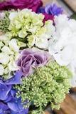 玫瑰和金戒指婚礼花束  免版税库存图片