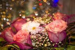 玫瑰和雏菊在花束特写镜头 免版税库存图片