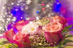 玫瑰和雏菊在花束 库存照片