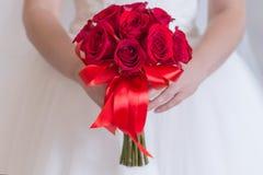 玫瑰和婴孩` s呼吸明亮的红色花束与假钻石 免版税库存图片
