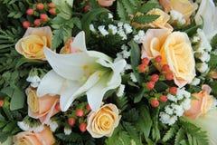 玫瑰和lillies在一个新娘安排 免版税图库摄影