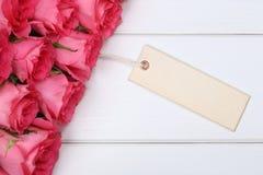 玫瑰在与贺卡的华伦泰的或母亲节开花 免版税库存图片