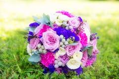 玫瑰婚礼花束在紫色口气的 Floristi 图库摄影