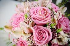玫瑰婚姻的新娘花束  婚姻白色的背景明亮的环形 免版税库存照片