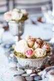 玫瑰小花束在桌上的在婚礼 免版税库存图片