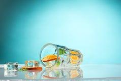 玫瑰异乎寻常的鸡尾酒和果子在蓝色 免版税库存照片