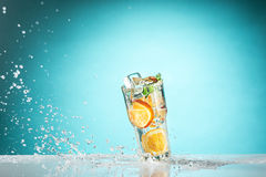 玫瑰异乎寻常的鸡尾酒和果子在蓝色 图库摄影