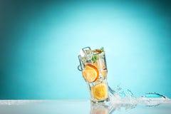 玫瑰异乎寻常的鸡尾酒和果子在蓝色 免版税库存图片