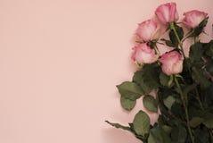 玫瑰惊人的桃红色花束在有魄力的桃红色背景的 复制空间,花卉框架 婚礼、礼品券、华伦泰` s天或者母亲 库存图片