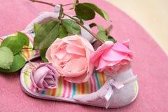 玫瑰拖鞋 免版税库存照片