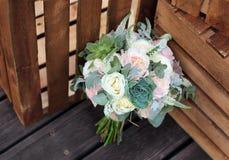 玫瑰新娘美丽的花束在的木板条 库存图片